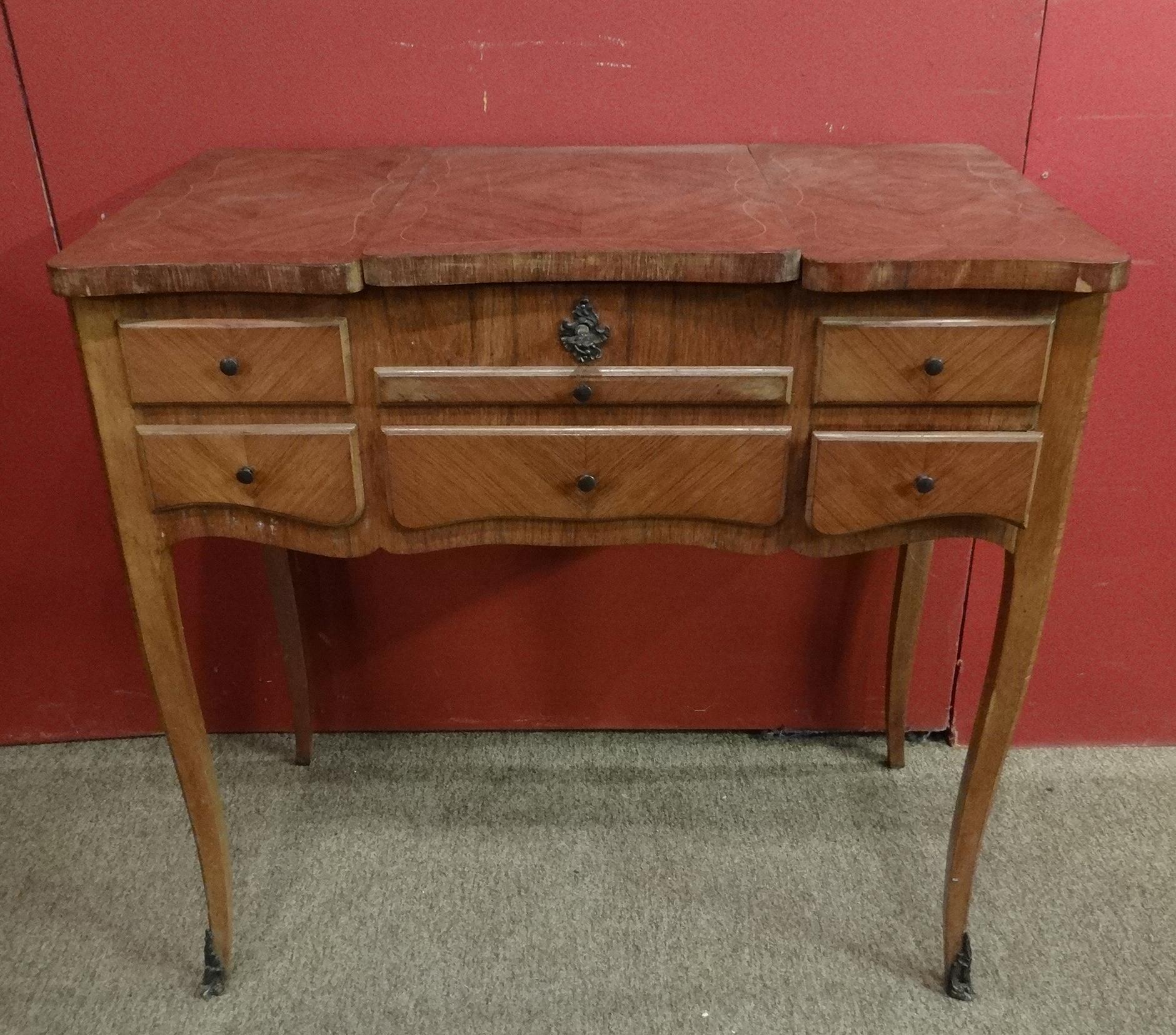 meuble coiffeuse poudreuse en marqueterie de bois de rose de style louis xv d. Black Bedroom Furniture Sets. Home Design Ideas